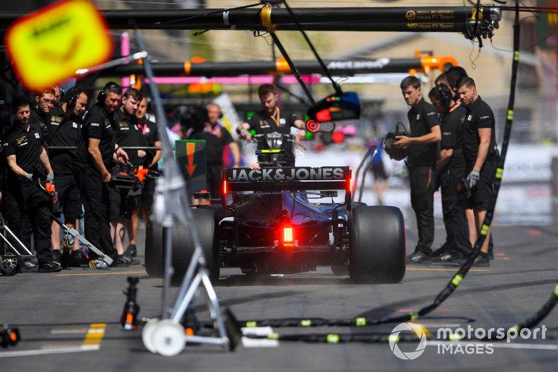 Kevin Magnussen, Haas F1 Team VF-19, dans les stands