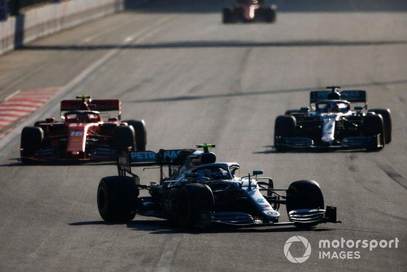 Valtteri Bottas, Mercedes AMG W10, precede Charles Leclerc, Ferrari SF90, e Lewis Hamilton, Mercedes AMG F1 W10