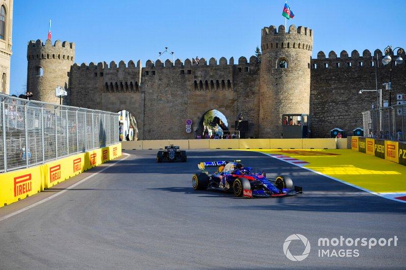 Alexander Albon, Toro Rosso STR14, leads Romain Grosjean, Haas F1 Team VF-19