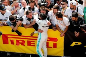 El ganador de la carrera Lewis Hamilton, Mercedes AMG F1 celebra en parc ferme