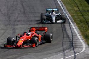Себастьян Феттель, Ferrari SF90, и Льюис Хэмилтон, Mercedes AMG F1 W10