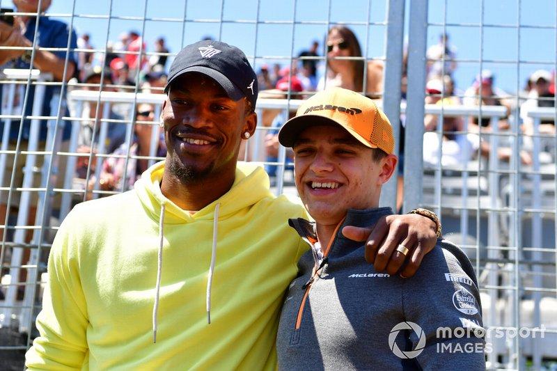 El jugador de la NBA Jimmy Butler con Lando Norris, McLaren