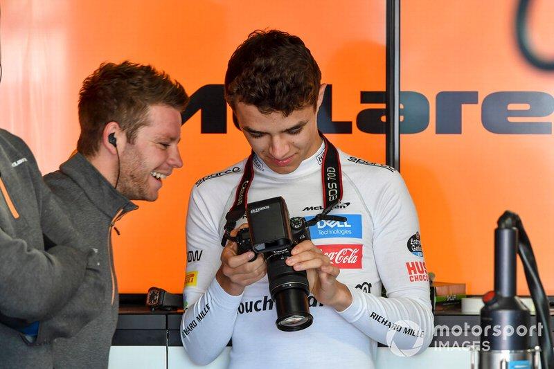 Lando Norris, McLaren con una cámara
