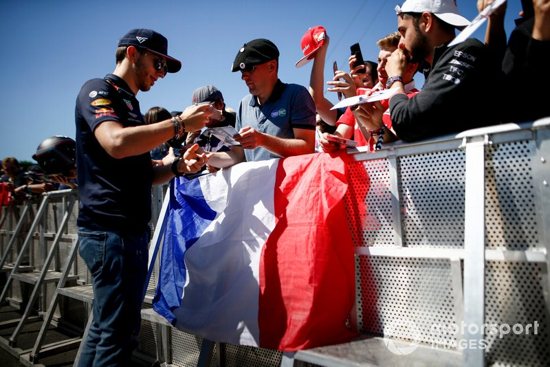 Pierre Gasly, Red Bull Racing firma un autografo ad un fan