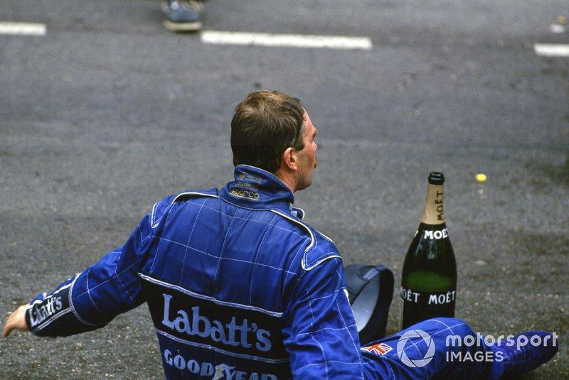 Nigel Mansell, Williams FW14B Renault, second, est assis sur le podium