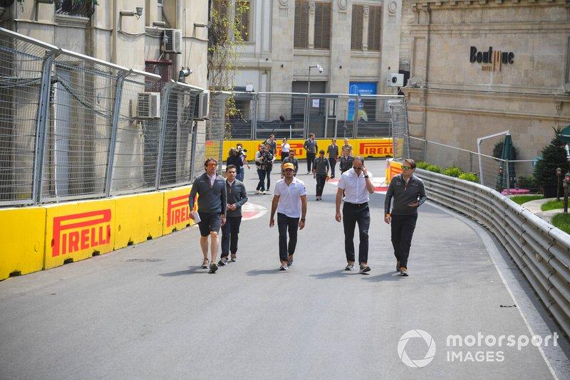 Carlos Sainz Jr., McLaren, recorre la pista con sus ingenieros