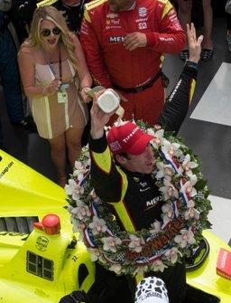 Simon Pagenaud, Team Penske Chevrolet, si versa il latte sulla testa in victory lane