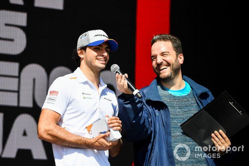 Carlos Sainz Jr., McLaren en el escenario en la Fan Zone