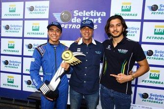 Binho Carcasci (centro) com os campeões Lucas Okada e João Rosate