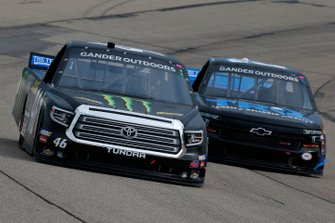 Riley Herbst, Kyle Busch Motorsports, Toyota Tundra Monster Energy/Advance Auto Parts and Spencer Boyd, Young's Motorsports, Chevrolet Silverado TRQ Auto Parts