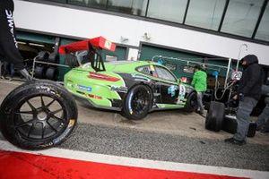 La Porsche di Andres Mendez, Dinamic Motorsport, in pit lane