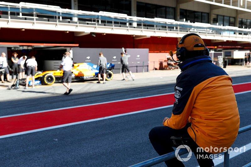 Lando Norris, McLaren seduto al pit wall