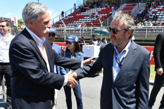 Chase Carey, Chairman, Formula 1, greets a guest on the grid