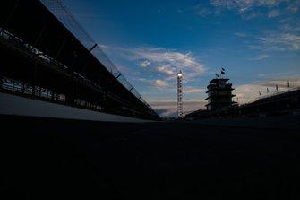 Salida del sol, pista vacía, pagoda, pilón de puntuación, Simon Pagenaud, Team Penske Chevrolet