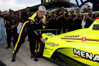 Simon Pagenaud, Team Penske Chevrolet celebra la victoria en el Premio NTT P1