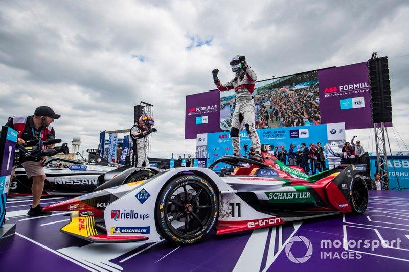 Lucas Di Grassi, Audi Sport ABT Schaeffler, vainqueur, est félicité par Sébastien Buemi, Nissan e.Dams