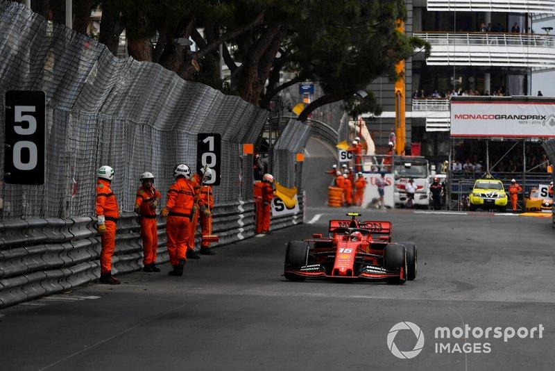 Charles Leclerc, Ferrari SF90, supera dei marshal