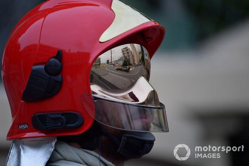 Daniel Ricciardo, Renault R.S.19, na viseira de bombeiro