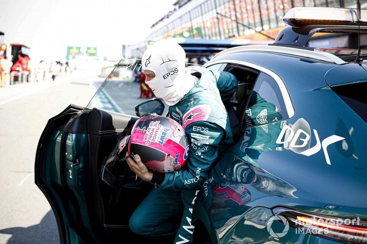 Sebastian Vettel, Aston Martin, es llevado a la calle de boxes por el coche médico