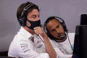 Toto Wolff, Team Principal e CEO, Mercedes AMG, con Lewis Hamilton, Mercedes