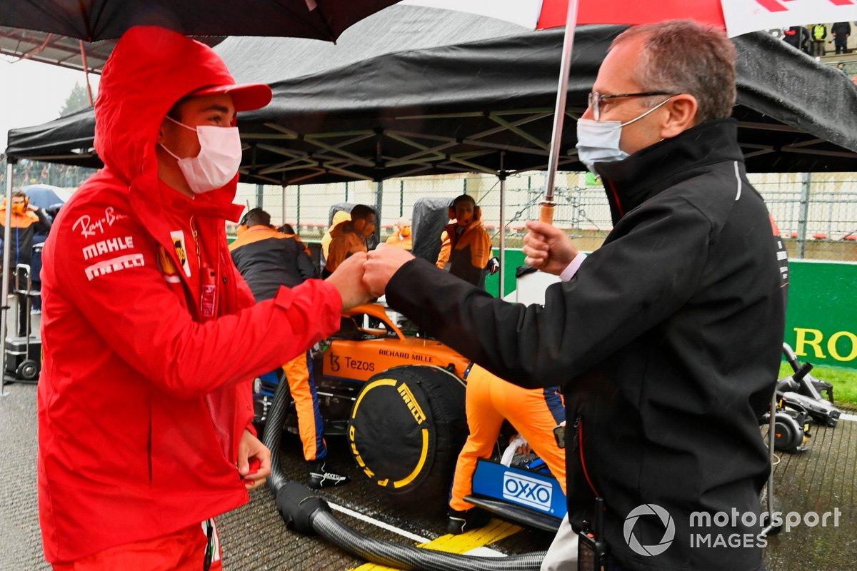Charles Leclerc, de Ferrari, con Stefano Domenicali, director general de la Fórmula 1