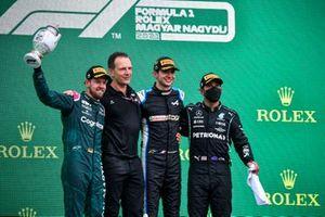 Le deuxième Sebastian Vettel, Aston Martin, Laurent Rossi, PDG, Alpine F1, le vainqueur Esteban Ocon, Alpine F1, et le troisième Lewis Hamilton, Mercedes, sur le podium