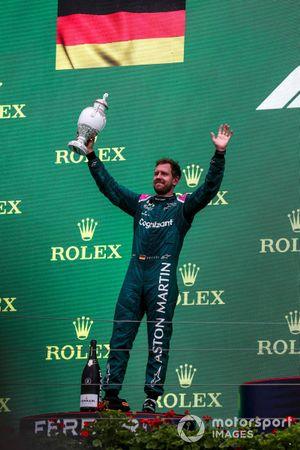Le deuxième Sebastian Vettel, Aston Martin, soulève son trophée