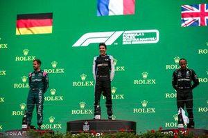 Le deuxième Sebastian Vettel, Aston Martin, le vainqueur Esteban Ocon, Alpine F1, et le troisième Lewis Hamilton, Mercedes, sur le podium