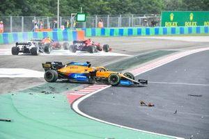 Daniel Ricciardo, McLaren MCL35M, accidente en la primera vuelta
