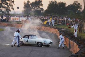 Des commissaires assistent Alex Brundle, Jaguar E-Type, après son crash