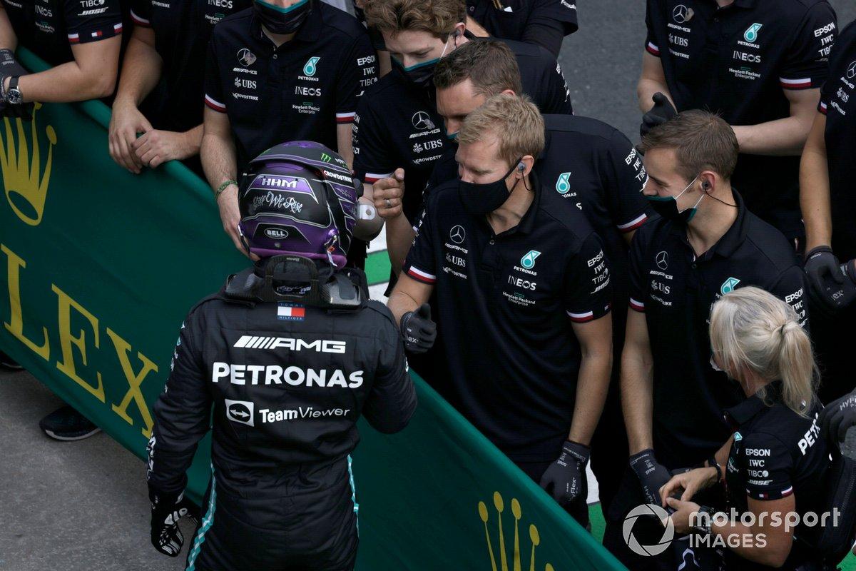 Pole Position de Lewis Hamilton, de Mercedes, celebra con el equipo de Merecedes