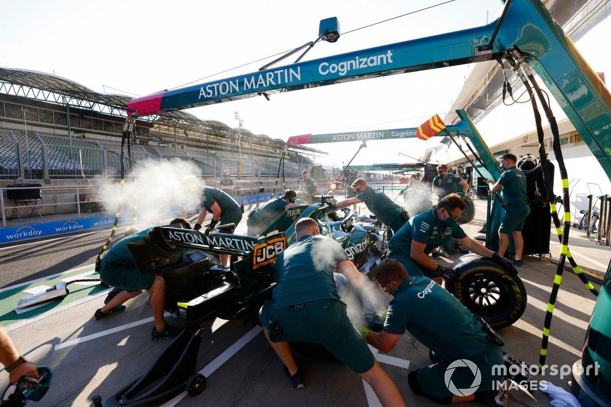 Práctica de parada en boxes del Aston Martin AMR21