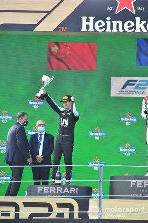 Guanyu Zhou, Uni-Virtuosi Racing, 2e plaats, met zijn trofee op het podium