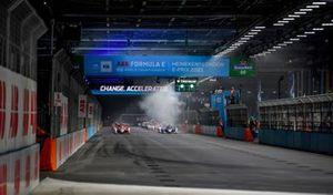 Alex Lynn, Mahindra Racing, M7Electro, Jake Dennis, BMW i Andretti Motorsport, BMW iFE.21, Sebastien Buemi, Nissan e.Dams, Nissan IMO2, il resto delle auto alla partenza