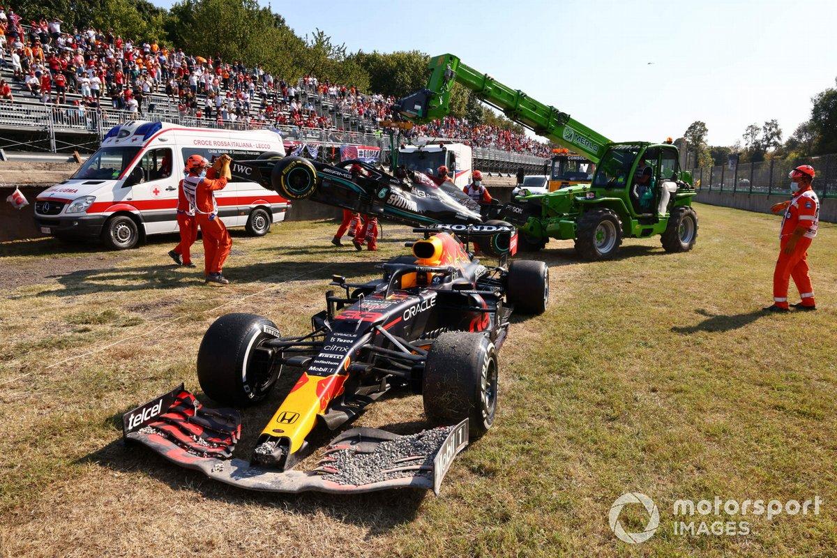 Los coches dañados de Max Verstappen, Red Bull Racing RB16B, y Lewis Hamilton, Mercedes W12, son retirados por los comisarios
