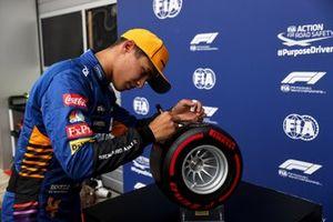 Le poleman Lando Norris, McLaren, avec le trophée de la pole position Pirelli