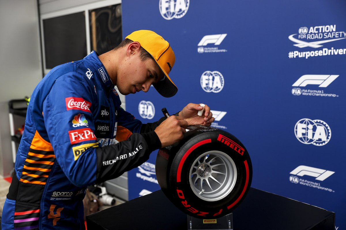 El ganador de la pole, Lando Norris, McLaren, con el premio Pirelli Pole Position
