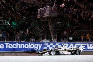 Josef Newgarden, Team Penske Chevrolet prende la bandiera a scacchi
