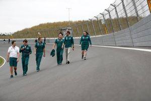 Sebastian Vettel, Aston Martin AMR21 track walk with team members