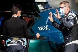 Bruno Correia, Medical Car Driver, praat met Bernd Maylander, Safety Car Driver