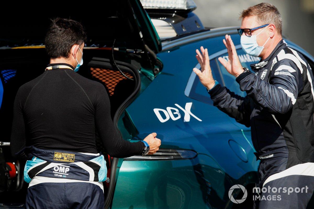 Bruno Correia, piloto del coche médico, conversa con Bernd Maylander, piloto del coche de seguridad