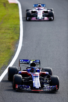 Pierre Gasly, Scuderia Toro Rosso STR13, leads Sergio Perez, Racing Point Force India VJM11