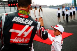 Romain Grosjean, Haas F1 Team, with a grid kid