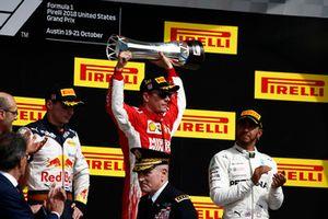 Max Verstappen, Red Bull Racing, 2° classificato, Kimi Raikkonen, Ferrari, 1° classificato, con il suo trofeo, e Lewis Hamilton, Mercedes AMG F1, 3° classificato, sul podio