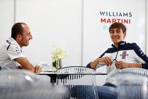 Robert Kubica, Williams Martini Racing, discute avec George Russell