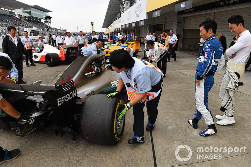 Kazuki Nakajima y Takuma Sato Mercedes-AMG F1 W09 en Leyendas F1 30 Aniversario vuelta de Demostración