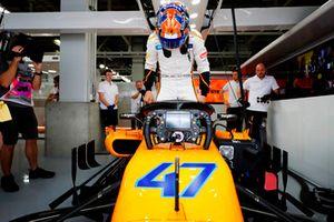 Lando Norris, McLaren MCL33, monte dans sa voiture