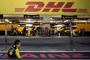 Un giovanissimo tifoso del Team Renault Sport F1