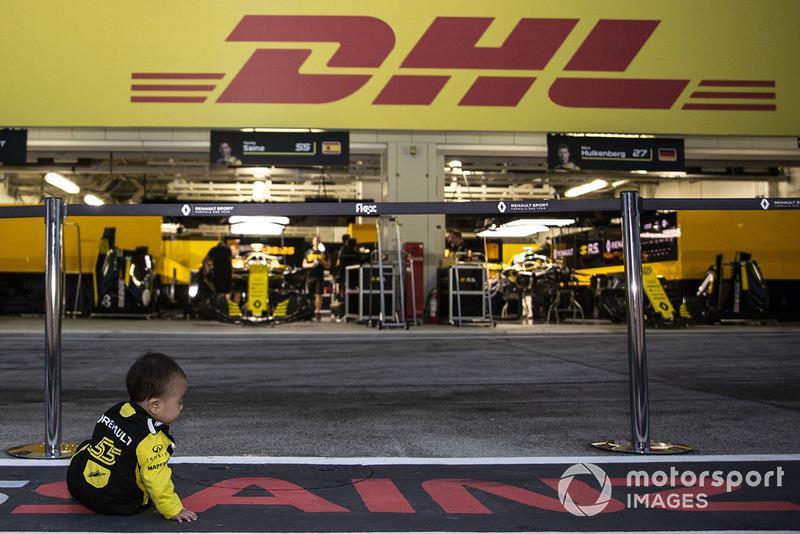 Fans muda di depan garasi Renault Sport F1 Team