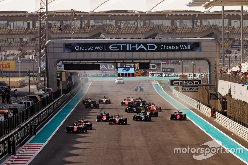 Antonio Fuoco, Charouz Racing System, lidera Roberto Merhi, Campos Racing y el resto del campo al inicio de la carrera.